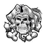 Pirateie o crânio em um bandana e um chapéu com penas Fotografia de Stock