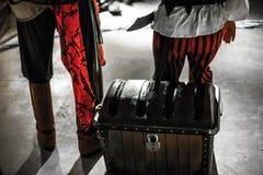 Piraten, die ihren Schatz schützen stockbilder