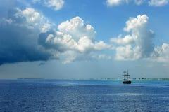 Piraten-Lieferung auf karibischem Wasser Stockbilder