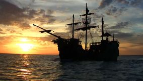 Piraten-Lieferung am Sonnenuntergang stock video