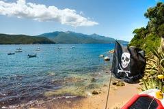 Piraten-Markierungsfahne im Forno Strand, Elba-Insel lizenzfreie stockbilder
