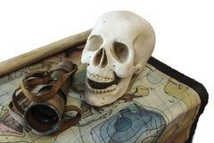Piraten-Schädel auf einer Schatzkarte Stockfoto