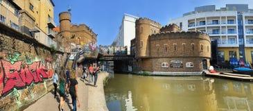 Piraten ziehen sich unter dem Kanal in Camden Town zur?ck stockfoto