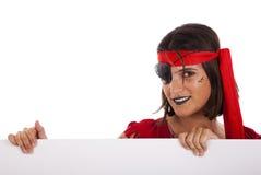 Piratenfrau, die eine Fahne anhält Stockbild