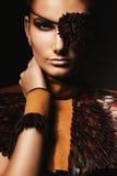 Piratenfrau in rührendem Hals der Augenklappe Stockbild