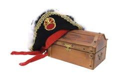 Piratenhut und Schatzkasten Stockfotografie