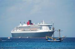 Piratenlieferung vor modernem Ozeandampfer Lizenzfreie Stockfotos
