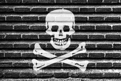 Piratenmarkierungsfahne auf einer alten Backsteinmauer Lizenzfreie Stockfotografie