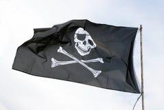 Piratenmarkierungsfahne mit dem Schädel und Knochenkreuz Stockfotografie