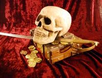Piratenschädel und -beute stockbild