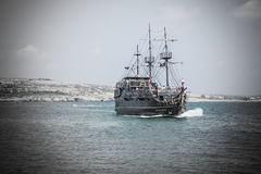 Piratenschiff mit den Touristen, die nah an der Küste segeln Stockfotografie