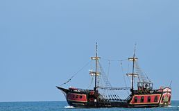 Piratenschiff segelt die Meere auf der Suche nach Brett und Plünderung Lizenzfreie Stockfotografie