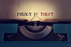 Piraterie ist Diebstahl stockfotos