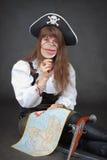 Pirates de femme avec la carte et la loupe dans des mains Image stock