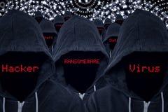 Pirates informatiques d'escroc informatique avec des menaces de code binaire et de Cyber Photos stock