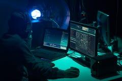 Pirates informatiques faisant la fraude de cryptocurrency utilisant le logiciel de virus et l'interface d'ordinateur Cyberattack  photo libre de droits