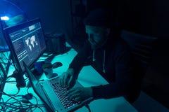 Pirates informatiques faisant la fraude de cryptocurrency utilisant le logiciel de virus et l'interface d'ordinateur Cyberattack  image stock