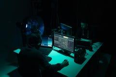 Pirates informatiques faisant la fraude de cryptocurrency utilisant le logiciel de virus et l'interface d'ordinateur Cyberattack  photo stock