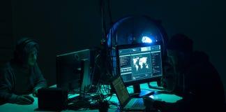 Pirates informatiques faisant la fraude de cryptocurrency utilisant le logiciel de virus et l'interface d'ordinateur Cyberattack  photographie stock