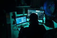 Pirates informatiques faisant la fraude de cryptocurrency utilisant le logiciel de virus et l'interface d'ordinateur Cyberattack  image libre de droits