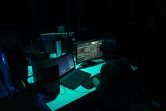 Pirates informatiques faisant la fraude de cryptocurrency utilisant le logiciel de virus et l'interface d'ordinateur Cyberattack  photographie stock libre de droits