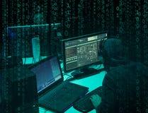 Pirates informatiques voulus codant le ransomware de virus utilisant des ordinateurs portables et des ordinateurs Attaque de Cybe photos libres de droits