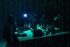 Pirates informatiques voulus codant le ransomware de virus utilisant des ordinateurs portables et des ordinateurs Attaque de Cybe image stock