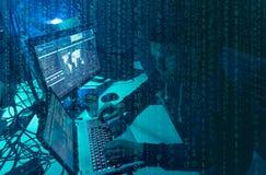 Pirati informatici carenti che codificano il ransomware del virus facendo uso dei computer portatili e dei computer Attacco cyber fotografia stock