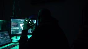 Pirati informatici carenti che codificano il ransomware del virus facendo uso dei computer portatili e dei computer nel seminterr archivi video