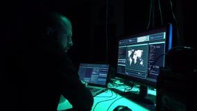 Pirati informatici che rompono server facendo uso dei computer multipli e del ransomware infettato del virus Cibercrimine, tecnol video d archivio