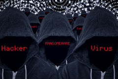Pirati informatici del criminale di computer con il codice binario e le minacce cyber fotografie stock
