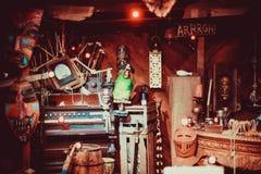 Piratkopiera atmosfären med översikten, kanonen, skatten, lyktan, trumma, och papegojan i bakgrunden är piratkopierar skonaren Royaltyfri Fotografi