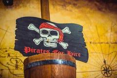 Piratkopiera flaggan med skallen och ben Arkivbild