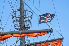 Piratkopiera flaggan på ett historiskt skepp Royaltyfria Foton