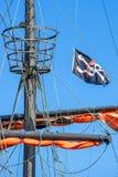 Piratkopiera flaggan på ett historiskt skepp Royaltyfri Bild