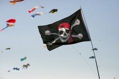Piratkopiera flaggan som blåser i vinden Arkivfoto