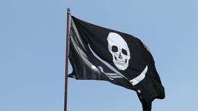 Piratkopiera flaggan som vinkar i ultrarapid stock video