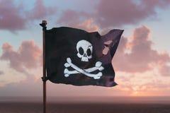 Piratkopiera flaggan som vinkar med vinden royaltyfri bild