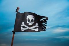 Piratkopiera flaggan som vinkar med vinden arkivfoto