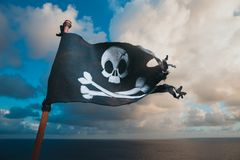 Piratkopiera flaggan som vinkar med vinden royaltyfri foto