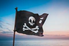 Piratkopiera flaggan som vinkar med vinden royaltyfria foton