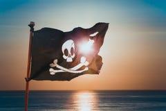 Piratkopiera flaggan som vinkar med vinden arkivbild