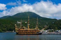 Piratkopiera kryssningskeppet på Ashi sjön, Hakone, Japan arkivfoton