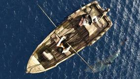 Piratkopiera par i roddbåt från fast utgift Royaltyfria Bilder