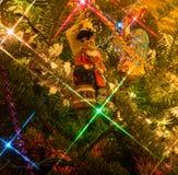 Piratkopiera prydnaden för julträdet i julträdet Arkivfoton