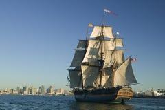 piratkopiera seglar shipen under royaltyfri foto