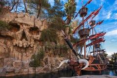 Piratkopiera shipen på för skattön för damm det near hotellet Arkivbilder