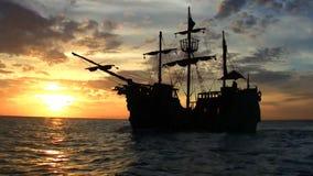 piratkopiera shipsolnedgången stock video