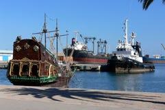 Piratkopiera skeppet i hamn Royaltyfria Bilder