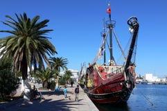 Piratkopiera skeppet i hamn Fotografering för Bildbyråer
